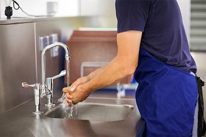 Empleado lavandose las manos
