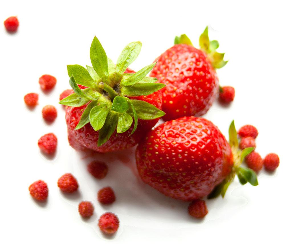Fresas en mesa blanca